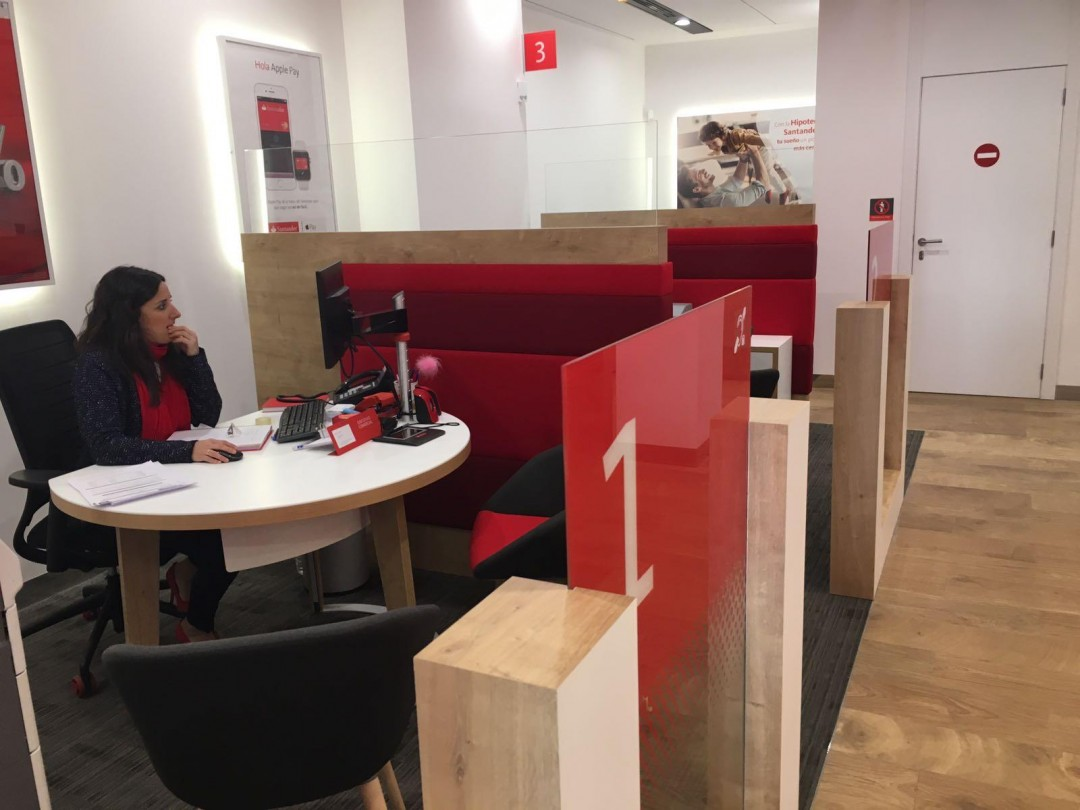 El banco santander reabre su oficina en calatayud con un for Oficinas santander granada