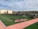 Trabajos de mantenimiento en el campo de césped artificial de la Ciudad Deportiva